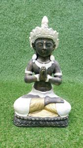 Dewi Indra Puspa vétue de blanc