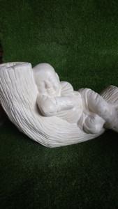 moine allongé rêveur