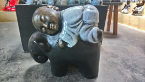 Moine à dos d'éléphant