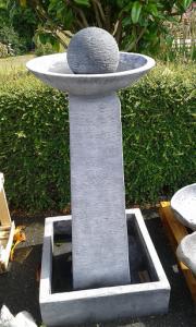 Grande fontaine eau colonne et vasque