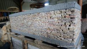 Jardinière ciment pierres orangées 1m