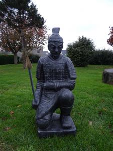Samouraï gris à genou 100 cm
