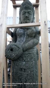 Statue pierre déese debout fontaine eau