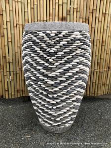 Grand pot béton couverture galets blanc et gris